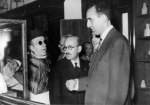 José María Mañá de Angulo entre Isidor Macabich i Ruíz Jiménez, ministre d´Educació, durant la visita que realitzà al Museu Arqueològic d´Eivissa.