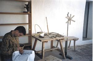 Antoni Manonelles Bolle treballant en un dels taller d´artesania del Museu d´Etnografia d´Eivissa. Foto: arxiu del Museu d´Etnografia d´Eivissa.