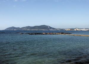 L´escull d´en Marcus, unit a terra mitjançant un espigó, a la costa de s´Argamassa, Santa Eulària des Riu. Foto: Felip Cirer Costa.