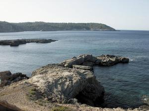 La punta des Marès; al fons, la punta de Xarraca. Foto: Felip Cirer Costa.