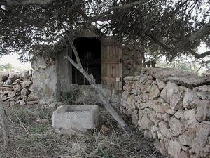 El pou d´en Marianet, vora el camí Vell de la Mola. Foto: Marià Castelló Martínez.
