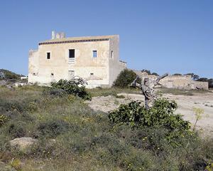 Façana principal de la casa de tipologia tradicional mallorquina de can Marroig, a Formentera. Foto: Agustí Yern Ribas / Marià Castelló Martínez.
