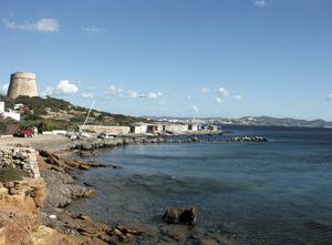 La punta de sa Mata des de la Xanga. La torre costanera de defensa és la de sa Sal Rossa. Foto: Felip Cirer Costa.
