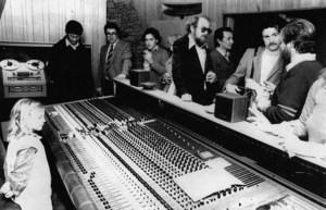 Taula de gravació dels estudis Mediterrani. George Potters, al centre (<em>Singleton</em>), juntament amb Dennis, director de promoció dels Ibiza Sound.