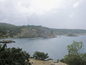 Al fons, l´illot de sa Mesquida, a la badia de Xarraca. Foto: Felip Cirer Costa.