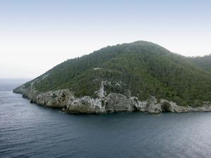 El puig des Castellar, a cala Llonga, on es trobava la fita de ses Monges. Foto: Felip Cirer Costa.