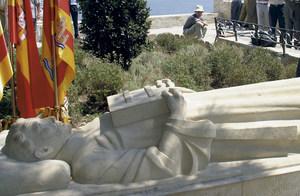 Estàtua jacent de Guillem de Montgrí, a la plaça de l´Ajuntament d´Eivissa, reproduïda del seu sepulcre a la catedral de Girona. Foto: Vicent Marí.