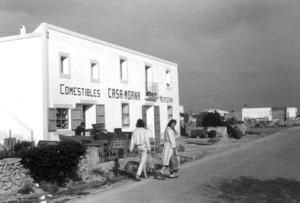 Can Morna, a Sant Ferran de ses Roques, a la cruïlla de la carretera principal amb la des Pujols. Fotografia de final dels anys seixanta del s. XX.
