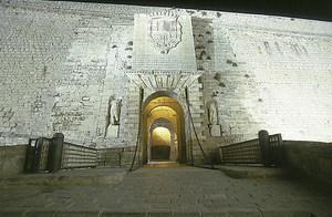 Municipium Flavium Ebusum. Al portal de ses Taules hi ha la rèplica de dues escultures romanes i les seues corresponents inscripcions al pedestal. Foto: Vicent Marí.