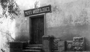 Entrada del Museu Arqueològic d´Eivissa i Formentera en una foto dels anys quaranta del s. XX. Foto: Viñets / Arxiu Històric Municipal d´Eivissa.