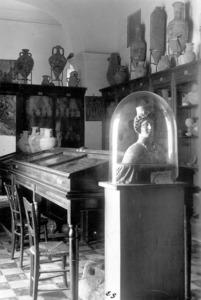 Interior del Museu Arqueològic d´Eivissa i Formentera, anys quaranta del s. XX. En primer terme, la deessa Tanit. Foto: Viñets / Arxiu Històric Municipal d´Eivissa.