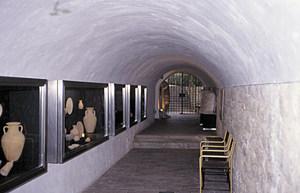 Interior del Museu Arqueològic d´Eivissa i Formentera, sota el baluard de Santa Tecla, després de la reforma de 1979. Foto: Jordi H. Fernández Gómez.