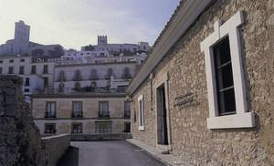 Façana de l´edifici dissenyat la primera meitat del s. XVIII per Simon Poulet, seu del Museu d´Art Contemporani d´Eivissa. Foto: Toni Pomar / Museu d´Art Contemporani d´Eivissa.