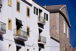 Cases i façana del Museu d´Art Contemporani d´Eivissa, que donen a la plaça de Vila. Foto: Vicent Marí.