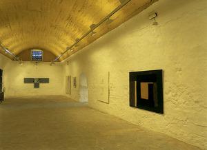 Vista de la sala inferior 1, amb exposició de fons del Museu d´Art Contemporani d´Eivissa. Foto: Toni Pomar / Museu d´Art Contemporani d´Eivissa.