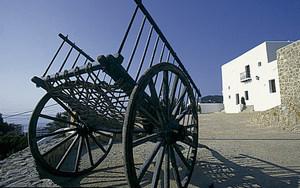 Carro de baranes; l´entorn del Museu d´Etnografia d´Eivissa integra diferents elements etnogràfics. Foto: Rafa Domínguez.
