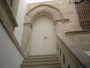 Escala i porta de la casa Laudes, seu del Museu dels Pintors Puget. Foto: Jordi H. Fernández Gómez.