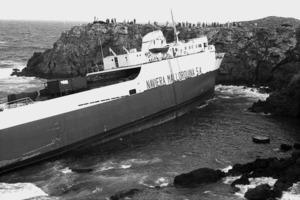 El vaixell <em>Cala d´Or</em>, de la Naviliera Mallorquina, embarrancat a la punta Arabí, de Santa Eulària des Riu. Foto: Josep Buil Mayral.