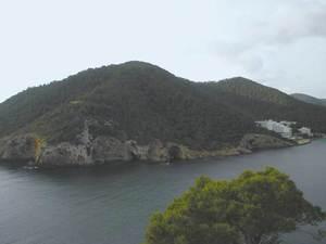 La cova Negra, a tramuntana del puig des Castellar.