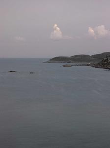 Els esculls Negres, situats just davant la platja des Figueral (al fons, la punta d´en Campanitx). Foto: Felip Cirer Costa.