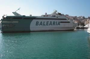 El catamarà <em>Nixe</em> de la naviliera Baleària, que presta servei en les línies marítimes pitiüses. Foto: Felip Cirer Costa.