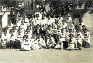 La mestra d´escola Emilia Noya Casanovas amb un grup d´alumnes al passeig de Vara de Rey on, durant un temps, regentà una escola. Foto: Arxiu Històric Municipal d´Eivissa.