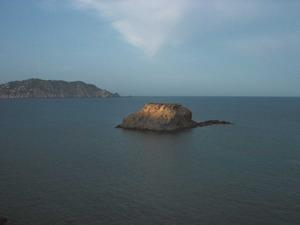 L´illot de s´Ora des de la punta de ses Eres; al fons, la punta Grossa de sa Cala. Foto: Felip Cirer Costa.