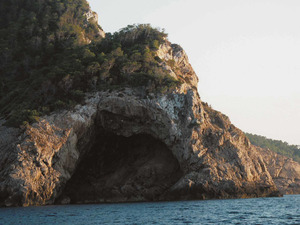 La cova de s´Orenga, a la costa de Sant Miquel de Balansat. Foto: Sophie Vuibert.