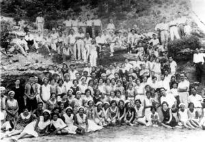 Els membres de l´Orfeó de Música Eivissenc en una excursió a cala Llonga l´estiu de 1931. L´Orfeó fou fundat per Joan Gamisans. Foto: arxiu de Domingo Guasch.