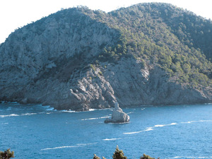 La punta de s´Oriçol, que tanca pel nord el port de Benirràs, a la costa de Sant Miquel de Balansat. Foto: Felip Cirer Costa.