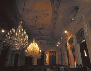 La sala de les Cariàtides del Parlament de les Illes Balears, espai que és obra del pintor Ricard Anckermann. Foto: extret d´<em>Els reis de Mallorca</em>.