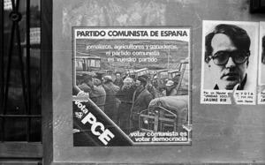 A la dreta de la fotografia, cartell de Jaume Ribas Prats, candidat del Partit Socialista Popular. Foto: Josep Buil Mayral / Arxiu d´imatge i so del Consell Insular d´Eivissa.