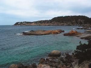 Es Pas de s´Illot, entre terra i s´illot des Renclí, a la badia de Xarraca. Foto: Felip Cirer Costa.