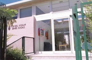 A dalt, entrada de l´edifici de serveis socials, que han assumit les funcions del Patronat per a la Protecció de la Salut Mental i el Benestar Social d´Eivissa i Formentera. Foto: Vicent Marí.