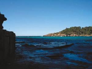 La punta de sa Pedrera, que tanca cala Salada. Foto: Felip Cirer Costa.