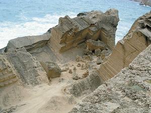 Un altre exemple d´antiga pedrera, aquesta a la vénda de Cala d´Hort, que ha donat lloc al topònim sa Pedrera. Foto: Vicent Guasch.