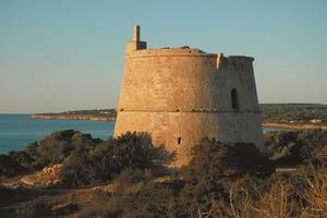 La torre des Pi des Català, finalitzada el 1763, domina tota la badia de migjorn de Formentera. Foto: Marià Castelló Martínez.