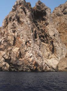 El caramull des Picatxos i la cova del mateix nom, a l´illa des Vedrà. Foto: Felip Cirer Costa.