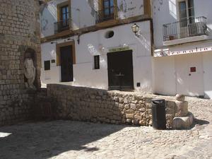 A la dreta de la foto, es Piló, a la plaça de Vila, antic lloc de trobada a Dalt Vila. Foto: Felip Cirer Costa.