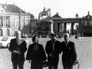Foto d´un viatge de Josep Pla i Casadevall amb l´editor Josep Vergés i la seua esposa i amb el seu amic Marià Villangómez. Fotobiografia Marià Villangómez.