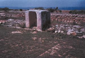 A dalt, l´aljub de sa Plaerança, a la Mola de Formentera. Extret de <em>Formentera - documentació i paisatges</em>.