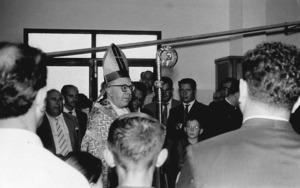 """El bisbe Francesc Planas Muntaner beneeix les instal·lacions de la Panificadora San José, a sa Blanca Dona, l´any 1962. Foto: cortesia de la família Ribas """"Puvil""""."""
