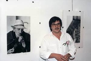 """El periodista i promotor cultural Marià Planells Cardona a l´exposició """"Quinze anys de periodisme 1971-1986"""", celebrada a la Sala de Cultura de """"Sa Nostra"""" el 1987. Foto: Paco Poch."""