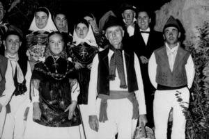 El mestre d´escola Pere Planells Marí acompanyat del grup folklòric Aires de sa Talaia, que va fundar.