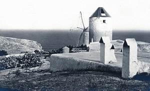 Dos dels molins de Ponent, al puig des Molins. Foto: Viñets / Arxiu Històric Municipal d´Eivissa.