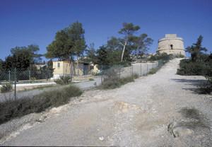 La torre de Portinatx, construcció defensiva costanera situada a la banda de ponent del port de Portinatx. Foto: David García Jiménez.
