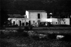 L´antiga casa coneguda com es Pou Sant, a l pla de Vila, tombada cap a 1995. Foto: Pere Planells / arxiu de Joan Planells Ripoll.