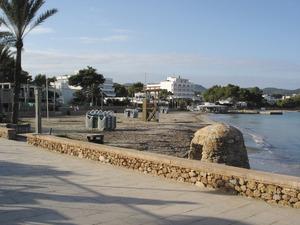 Es Pouet, platja situada a la badia de Portmany, amb el pou que li ha donat nom, en primer terme. Foto: Felip Cirer Costa.