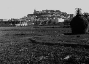 Es Pratet. En un espai agrari i a penes construït, es veu a l´esquerra la plaça de toros, aixecada el 1961, i en segon pla a la dreta, l´edifici Ibosim anunciava ja el futur residencial del barri. Foto: col·lecció Raymar.