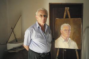 El pintor, esportista i escriptor Antoni Prats Calbet al seu estudi, davant d´un autoretrat. Foto: Vicent Marí.